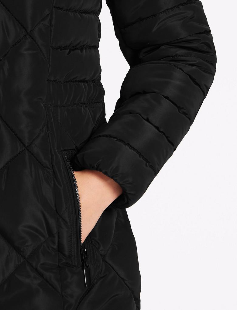 Siyah Dolgulu Kapitone Kaban (Stormwear™ Teknolojisi ile)