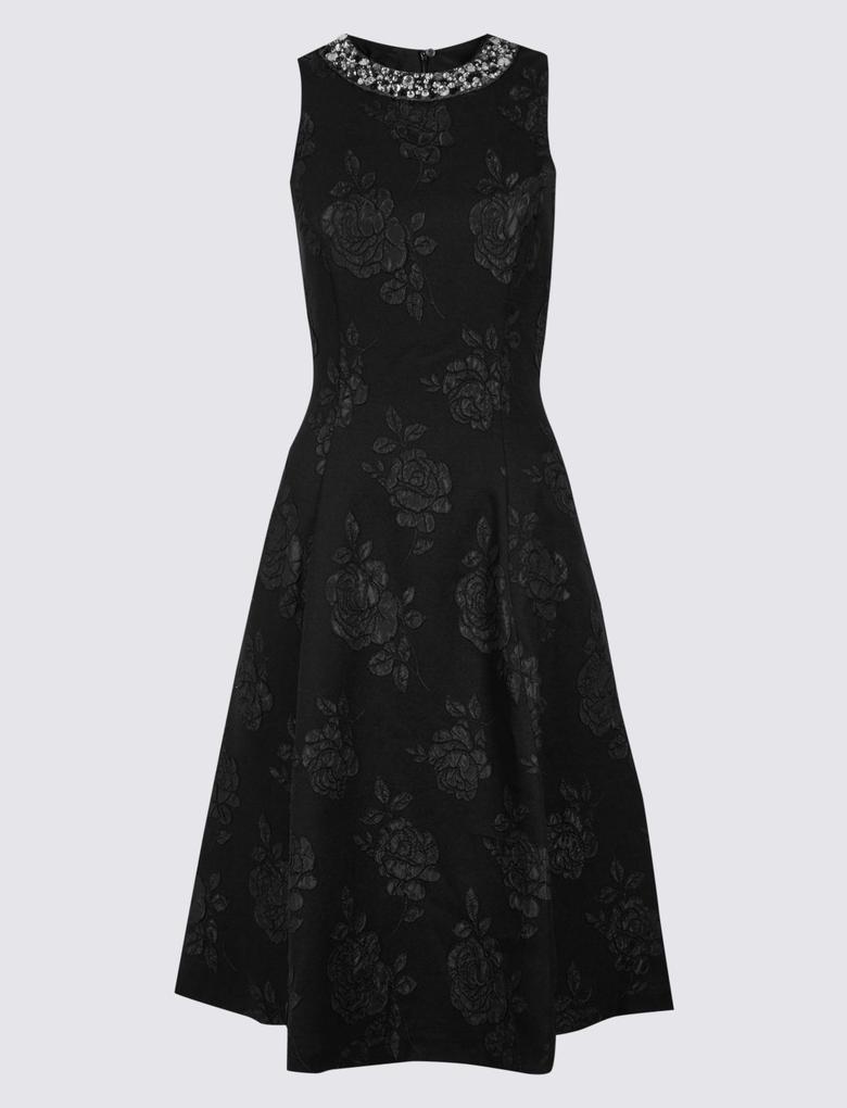 Yakası Taşlı Elbise
