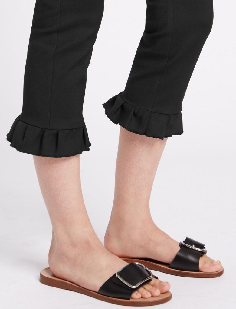Fırfır Detaylı Kısa Pantolon