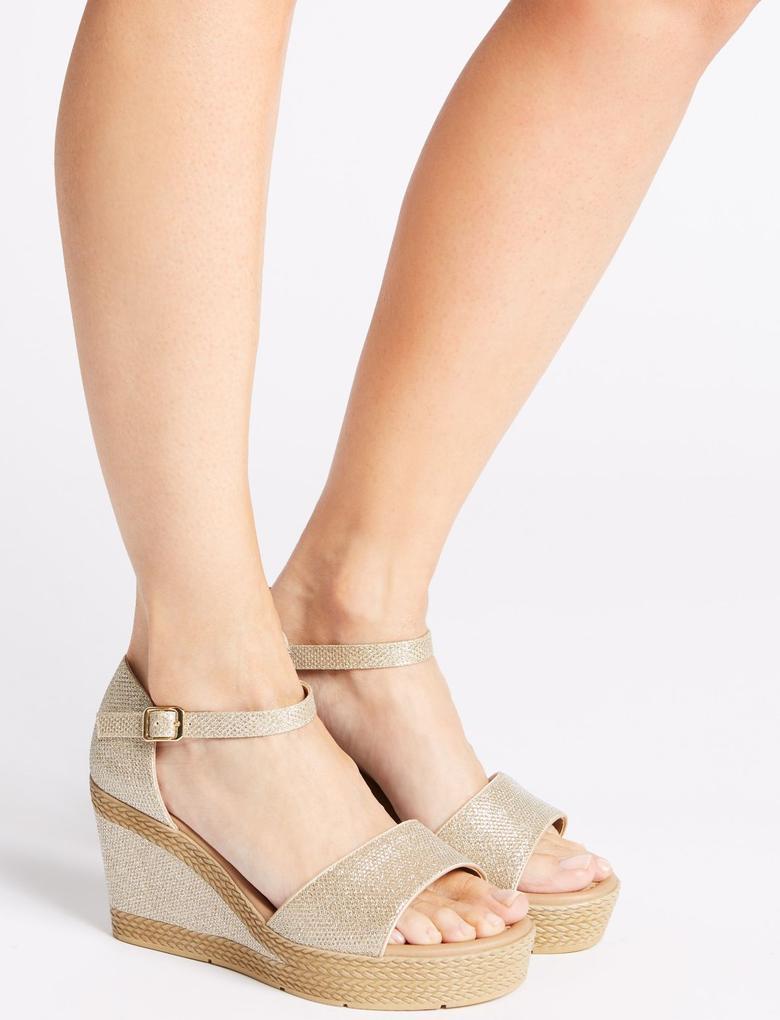 Geniş Kalıplı Topuklu Açık Ayakkabı