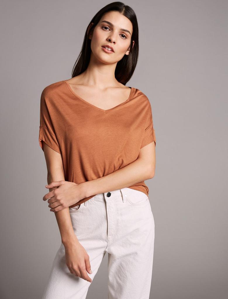 Kahverengi Kısa Kollu V Yaka İpekli T-Shirt