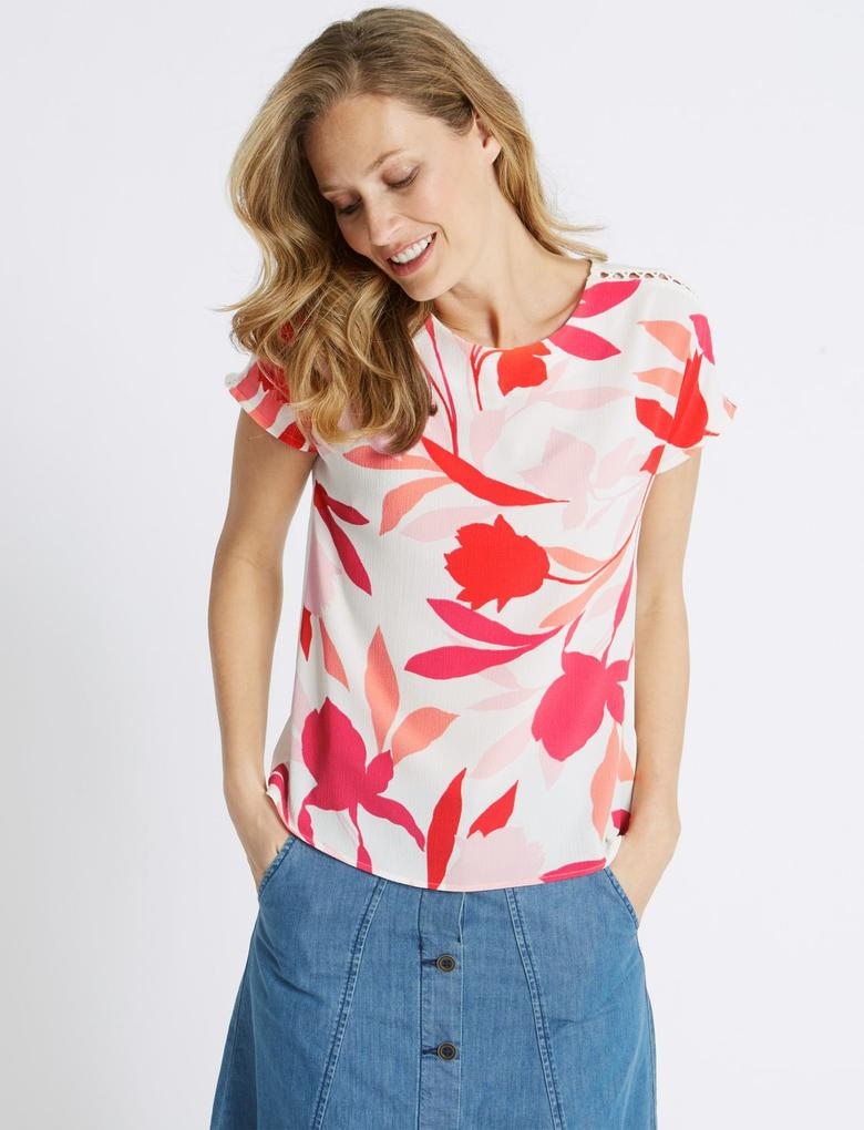 Pembe Çiçek Desenli Kısa Kollu Yuvarlak Yaka T-Shirt