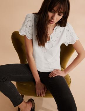Krem Pamuklu İşlemeli V Yaka T-Shirt