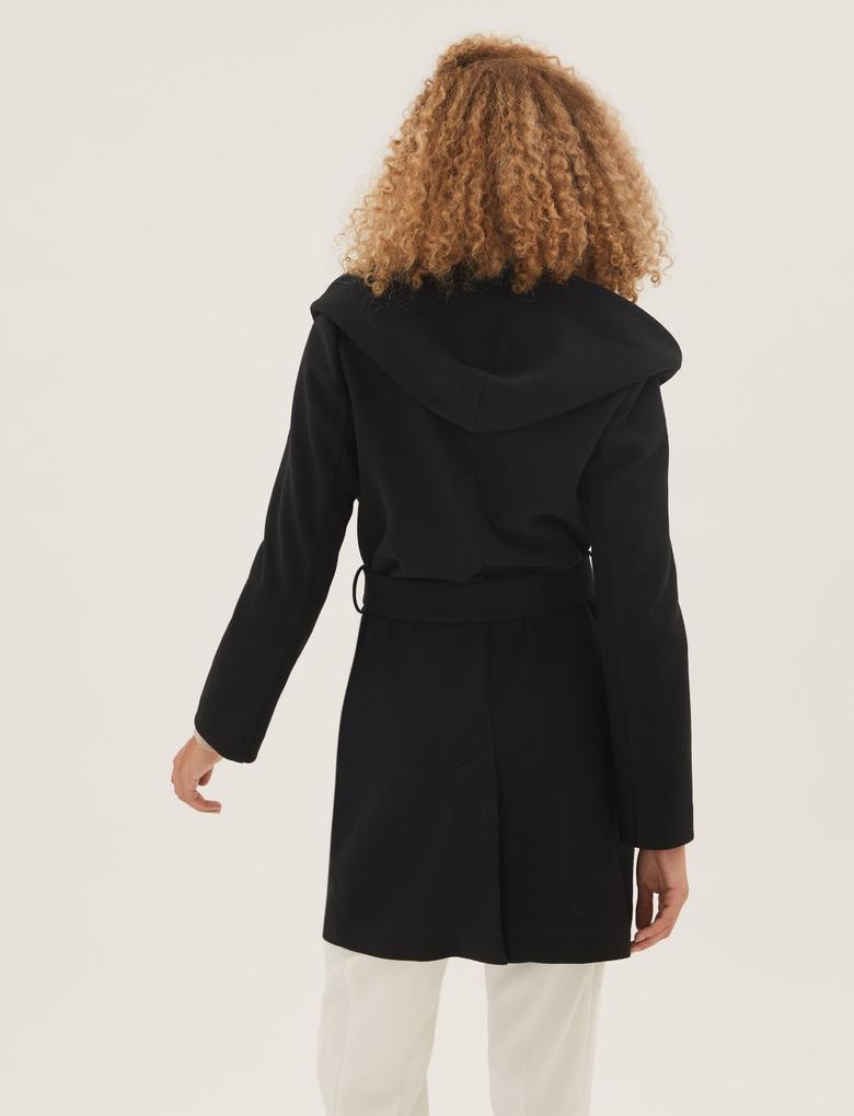 Kadın Siyah Kuşaklı Kapüşonlu Kaban